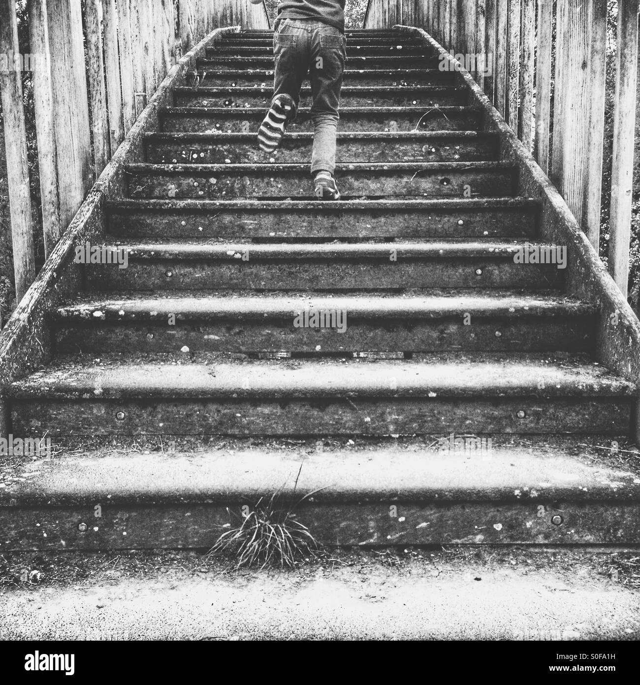 Kind, die Treppe hinauf läuft Stockbild