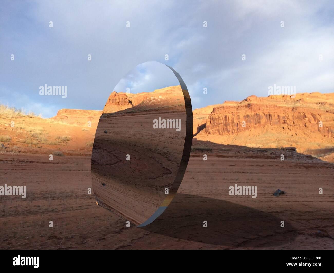Große Runde Spiegel in Wüste Stockbild