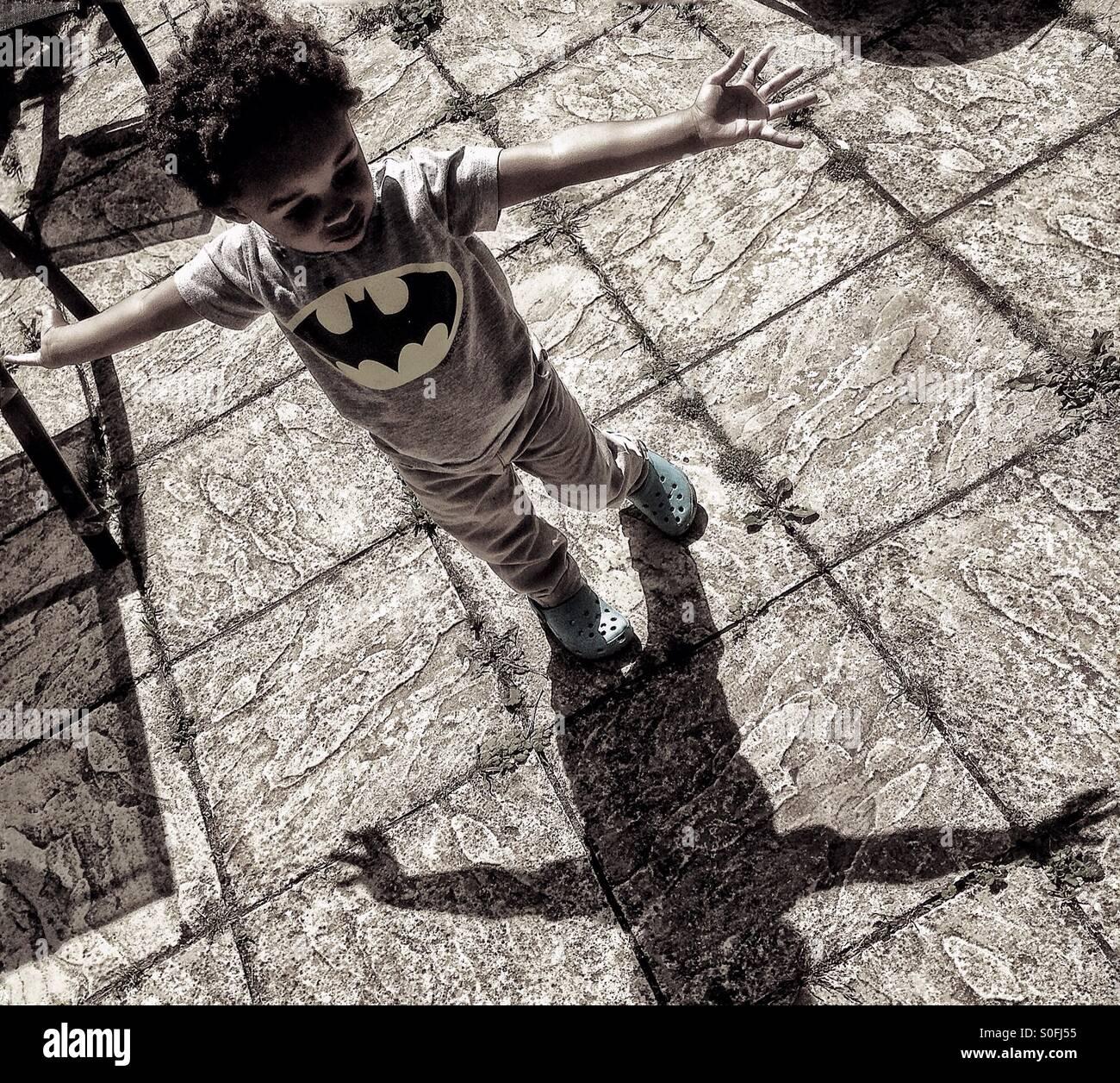Ein kleiner Junge und sein Schatten. Stockbild