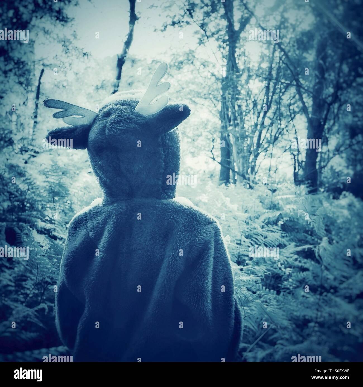 Ein Kindertraum - erkunden den Wald in ein Strampler Stockbild