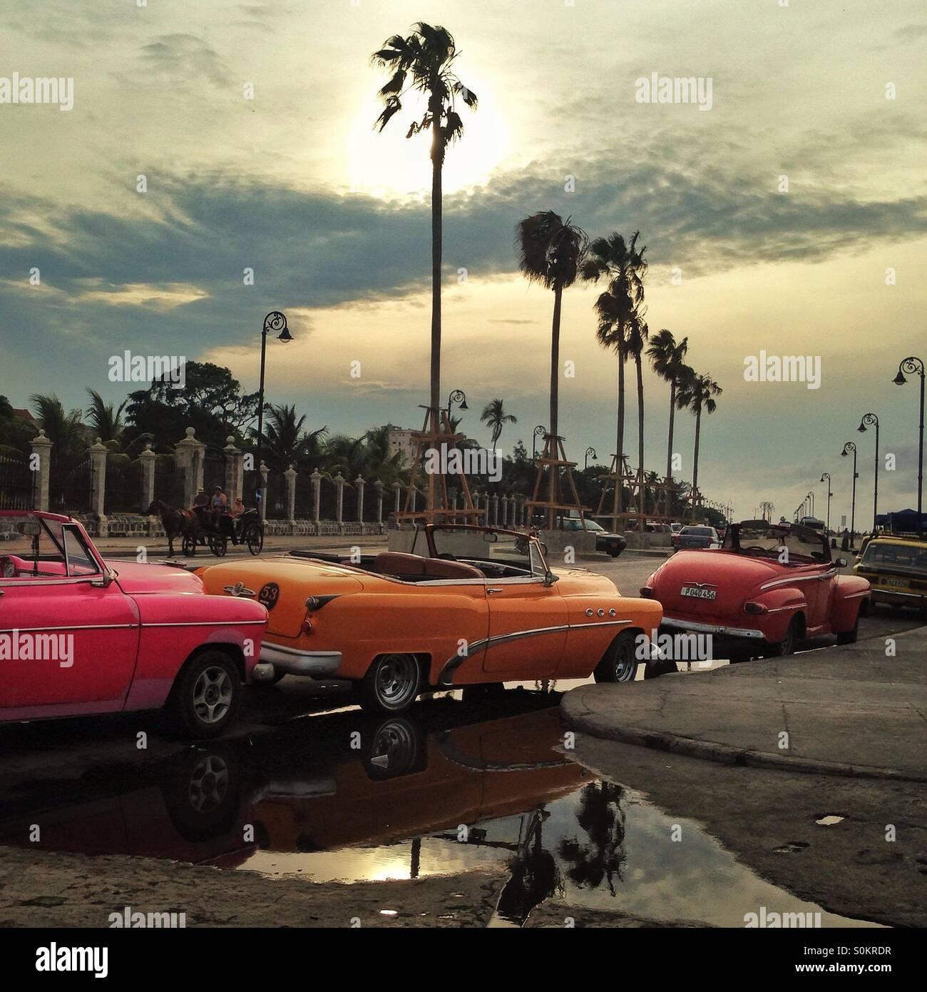 Klassische Autos aufgereiht auf dem Malecon, Havanna, Kuba Stockbild