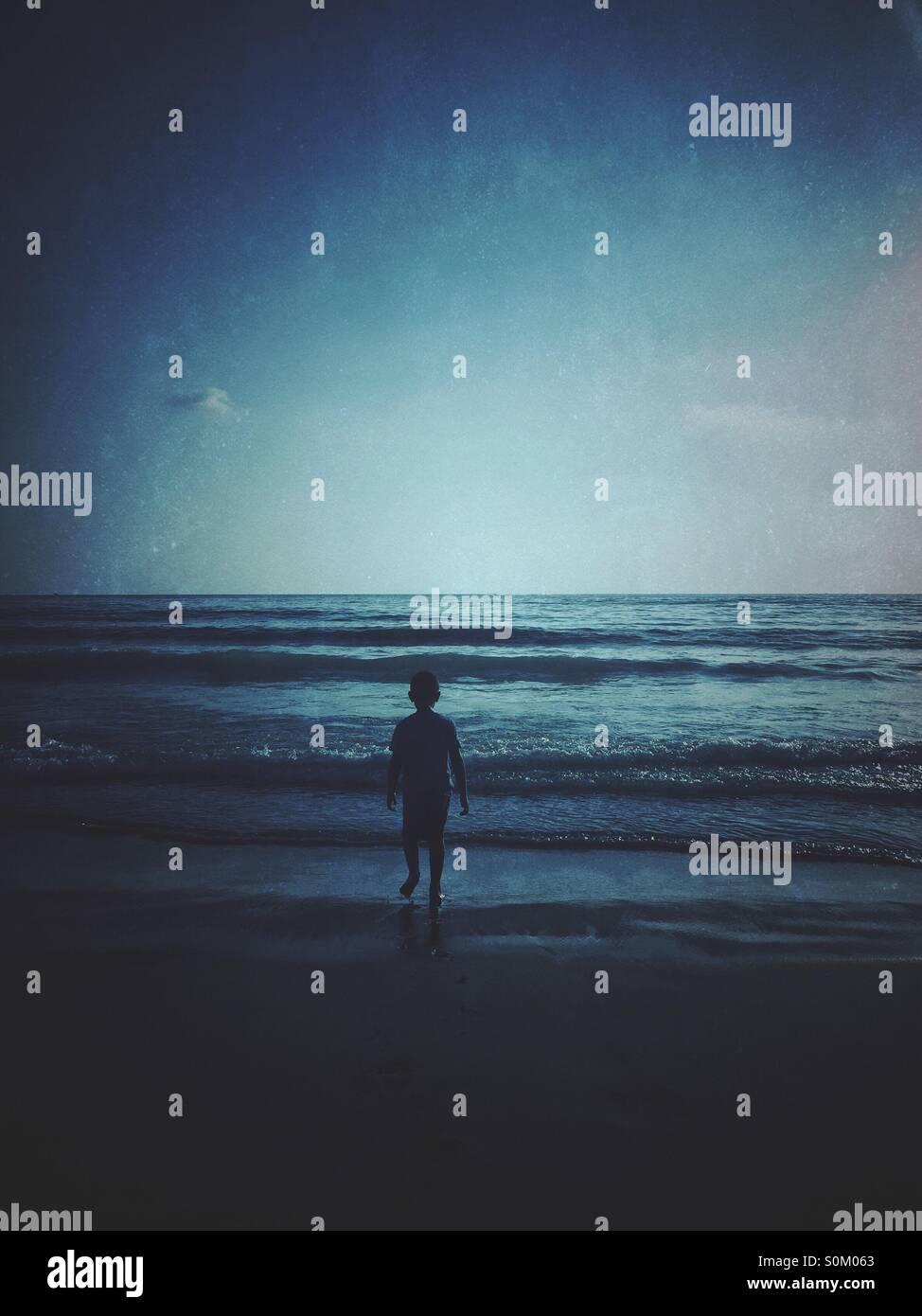 Kleiner Junge am Meer Stockbild