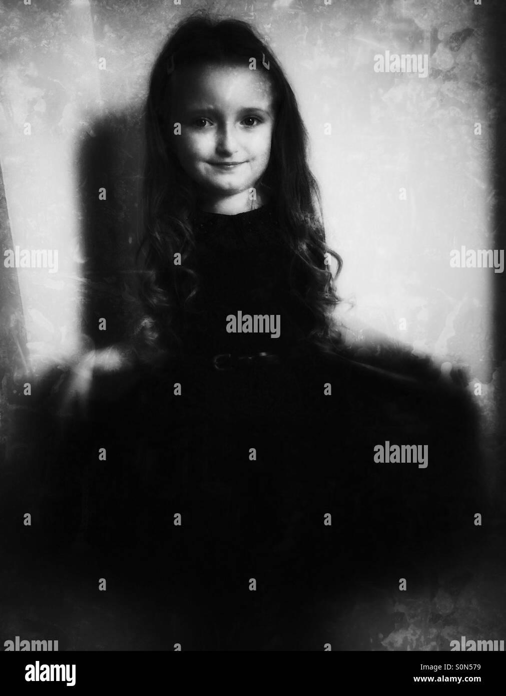Hübsches kleines Mädchen tragen ein Partykleid. Schwarz   weiß ... e676cf8902