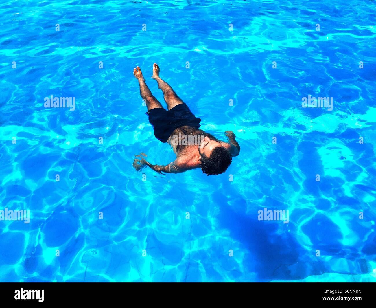 Mann im Pool chillen Stockbild