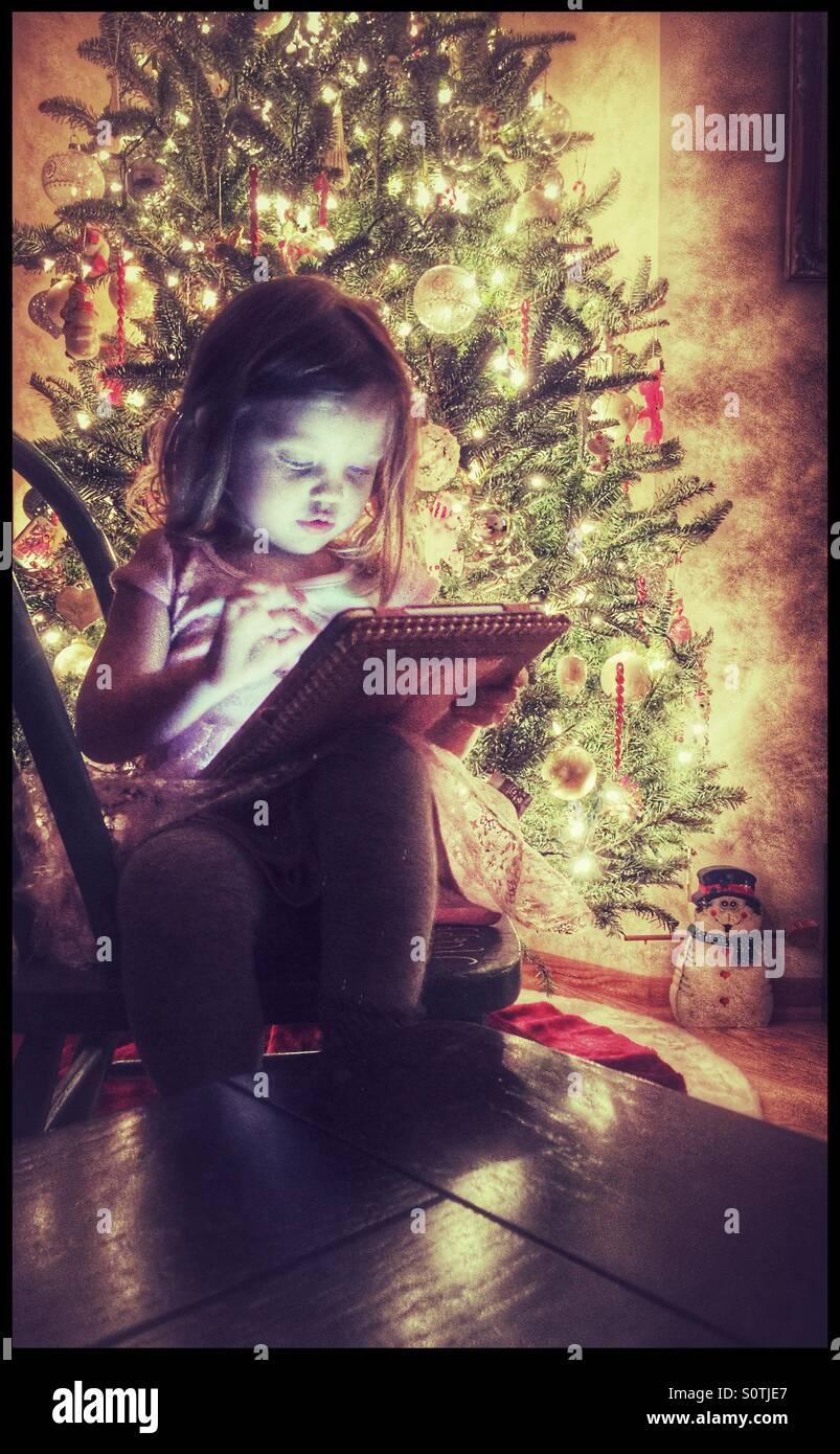 Kleines Mädchen mit einem tablet Stockbild