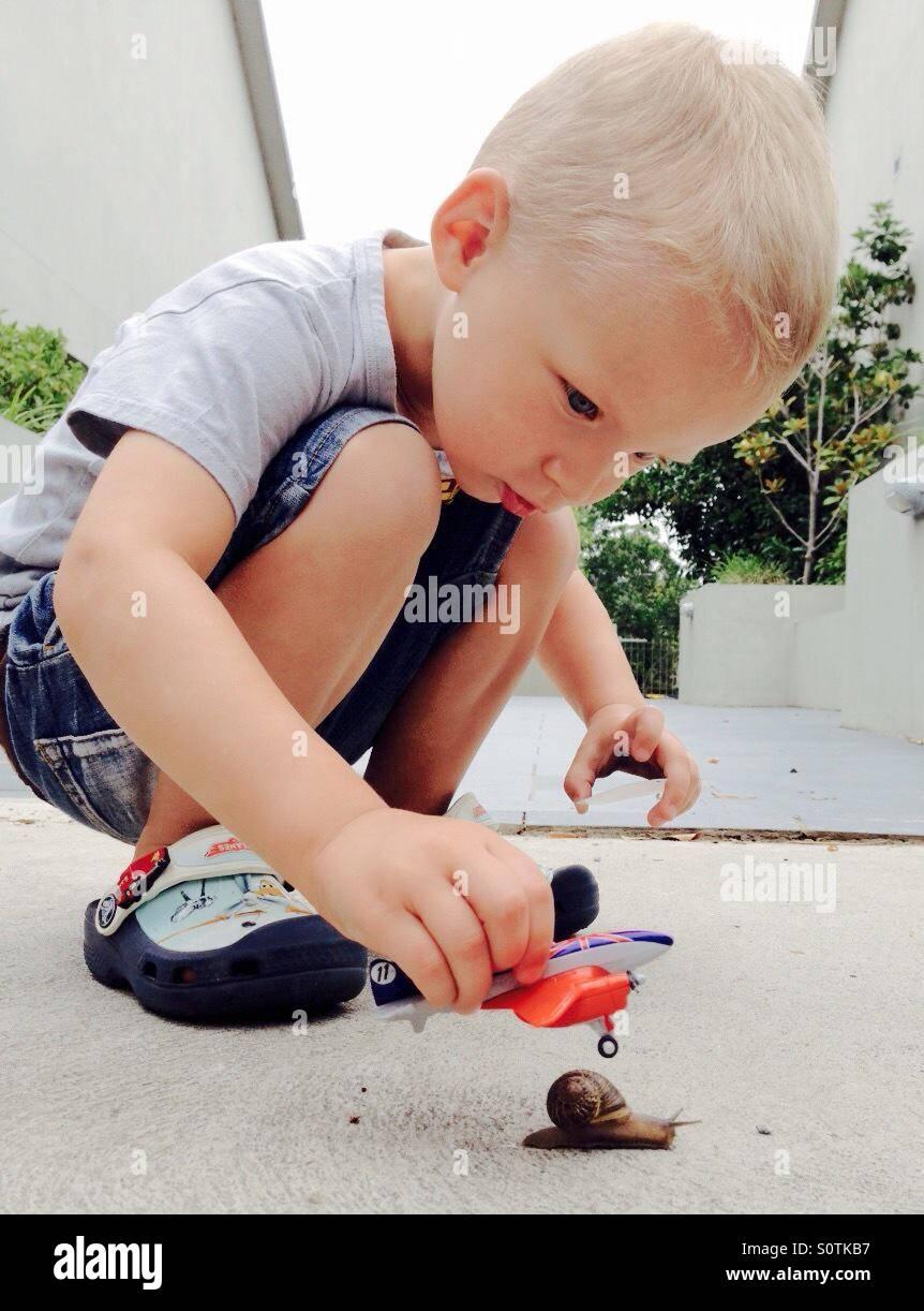 Kleiner Junge spielt mit Spielzeug Stockfoto
