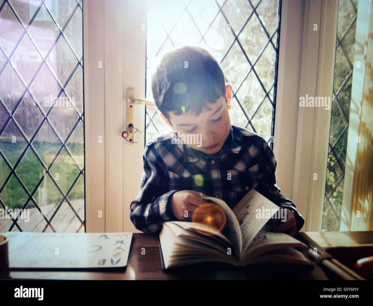 Jungen lesen Stockbild