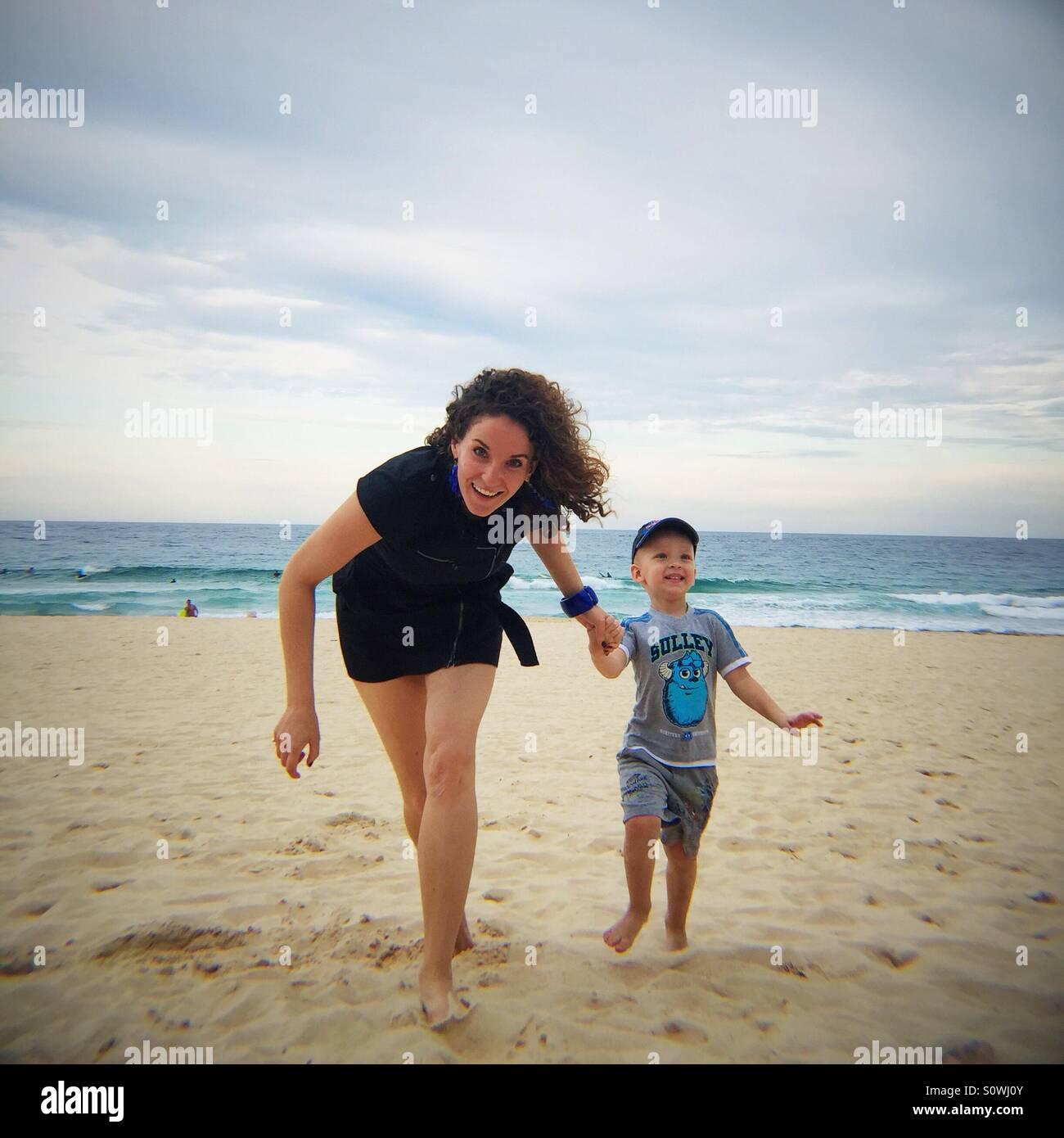 Mutter und Kind Hand in Hand Stockbild