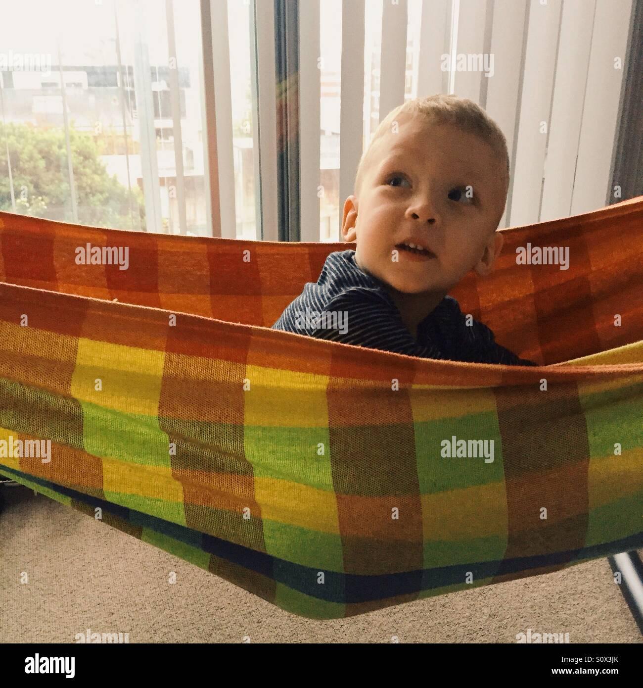 Kleiner Junge in Hängematte Stockbild