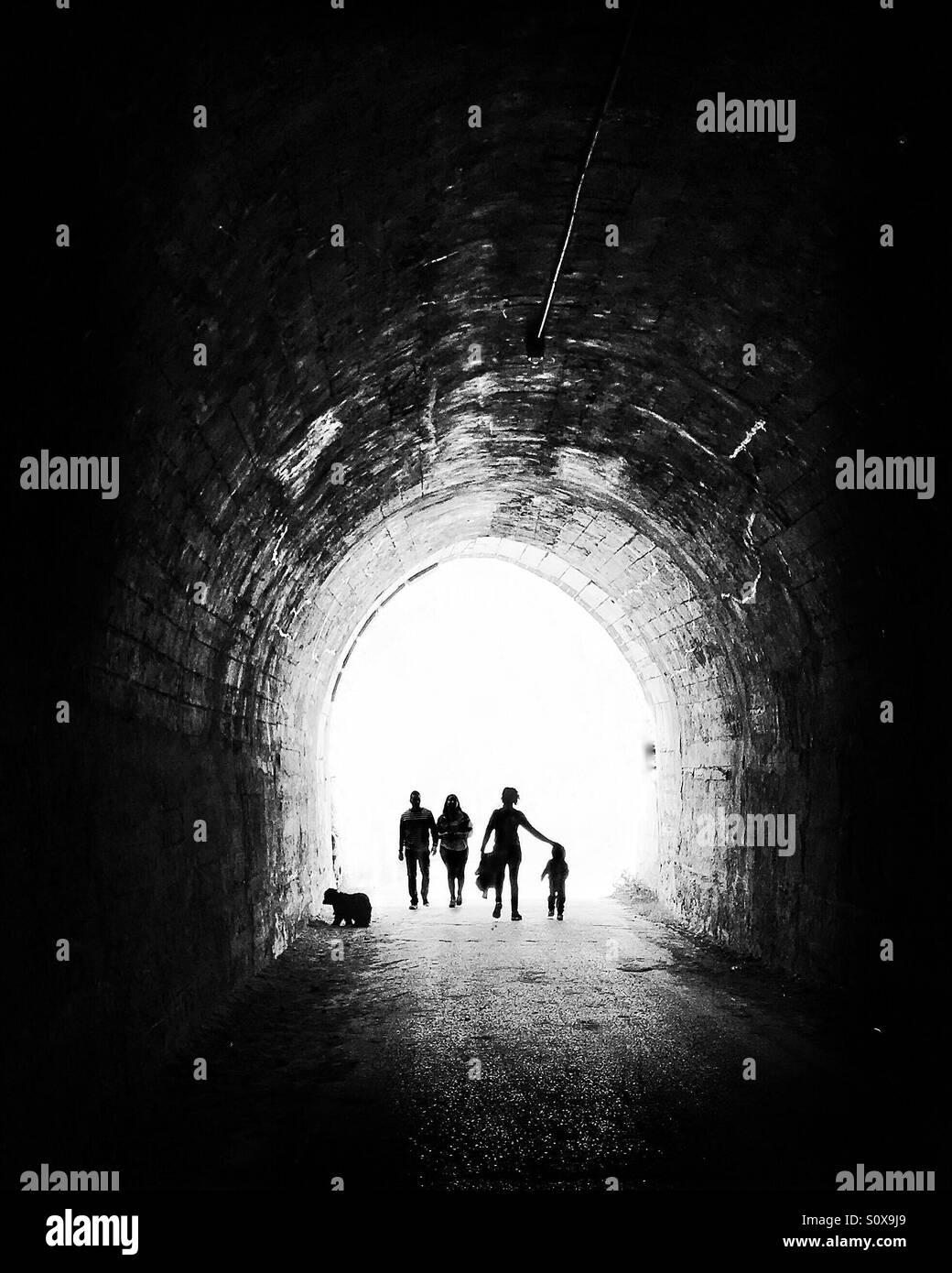 Walking ist der letzte Trend, gesund zu sein, so dass Menschen viel weglaufen das Licht am Ende des Tunnels laufen, Stockbild