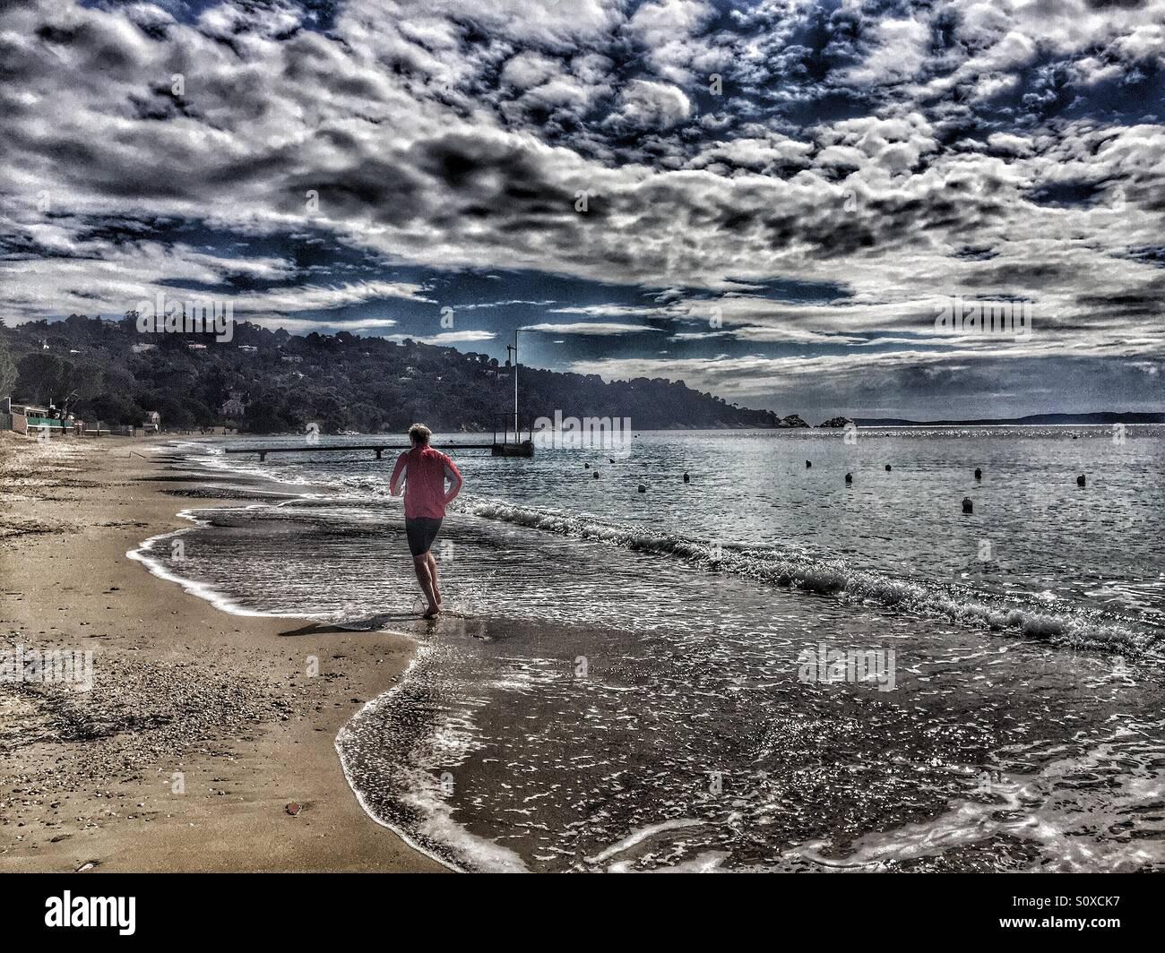 Joggen am Strand, Mittelmeer, Côte d ' Azur, Frankreich Stockbild