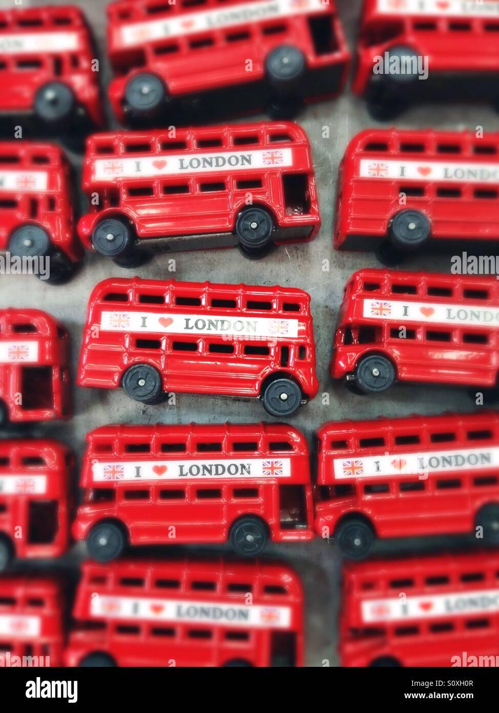 Rote Busse verkauft als Andenken in Camden Town, London, UK Stockbild
