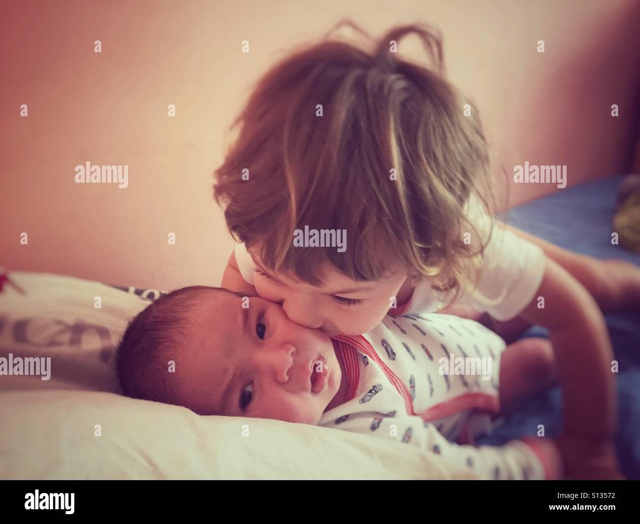Schwester Bruder küssen Stockbild