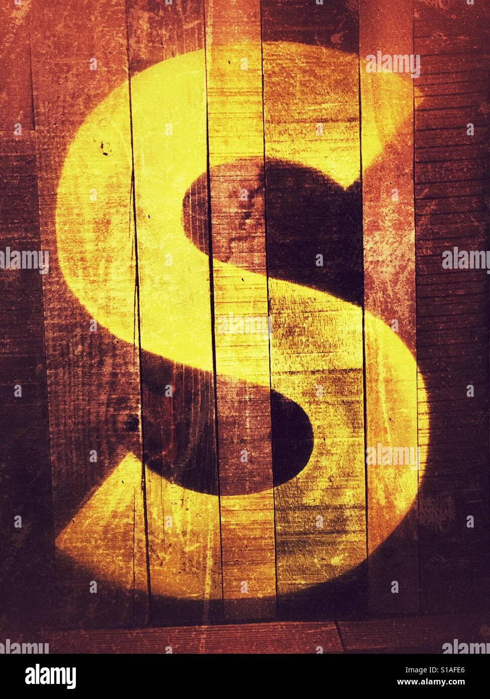 Buchstabe S gedruckt auf Wand Stockfoto
