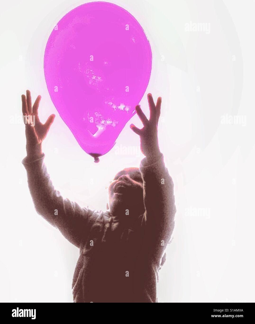 Ein Kind spielt mit einem ballon Stockfoto