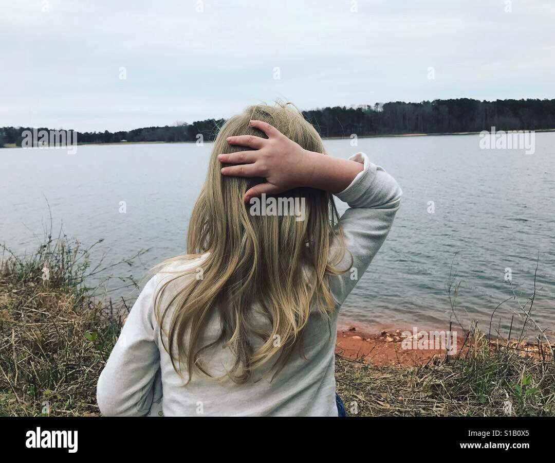 Kleine Mädchen brauchen Zeit, um zu denken Stockfoto
