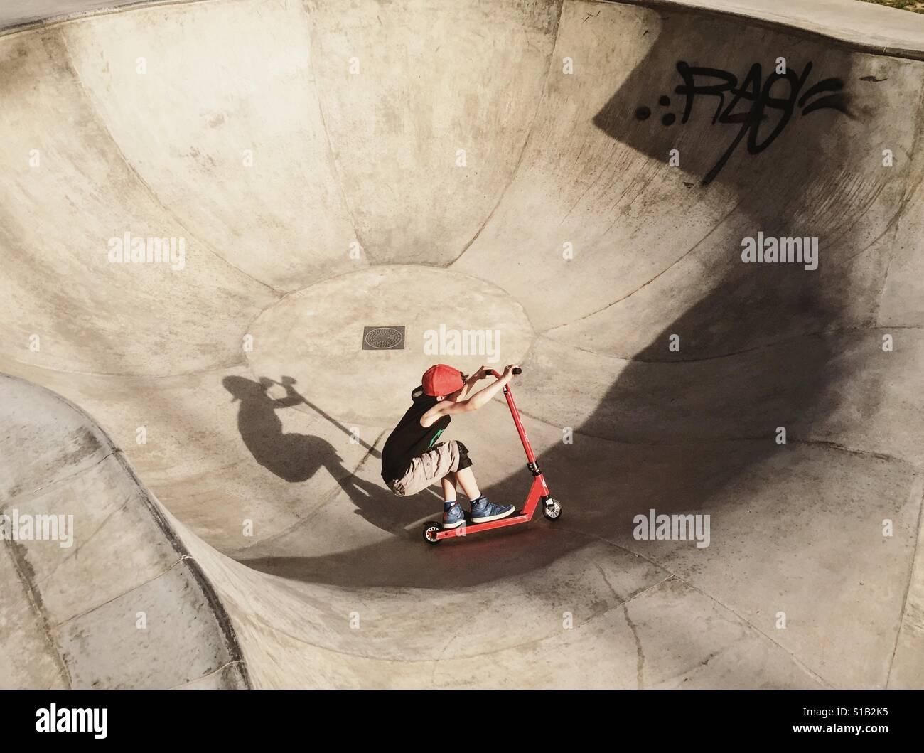 Junge auf einem Freestyle skateboard Stockfoto