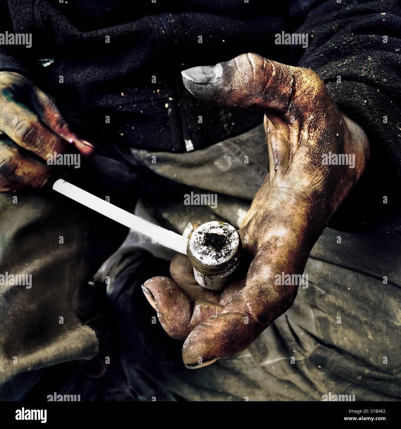 """Kolumbianische """"Basuco"""" Raucher, Leben auf der Straße zeigt eine improvisierte Rohr geladen durch rohe Kokain Paste Stockfoto"""