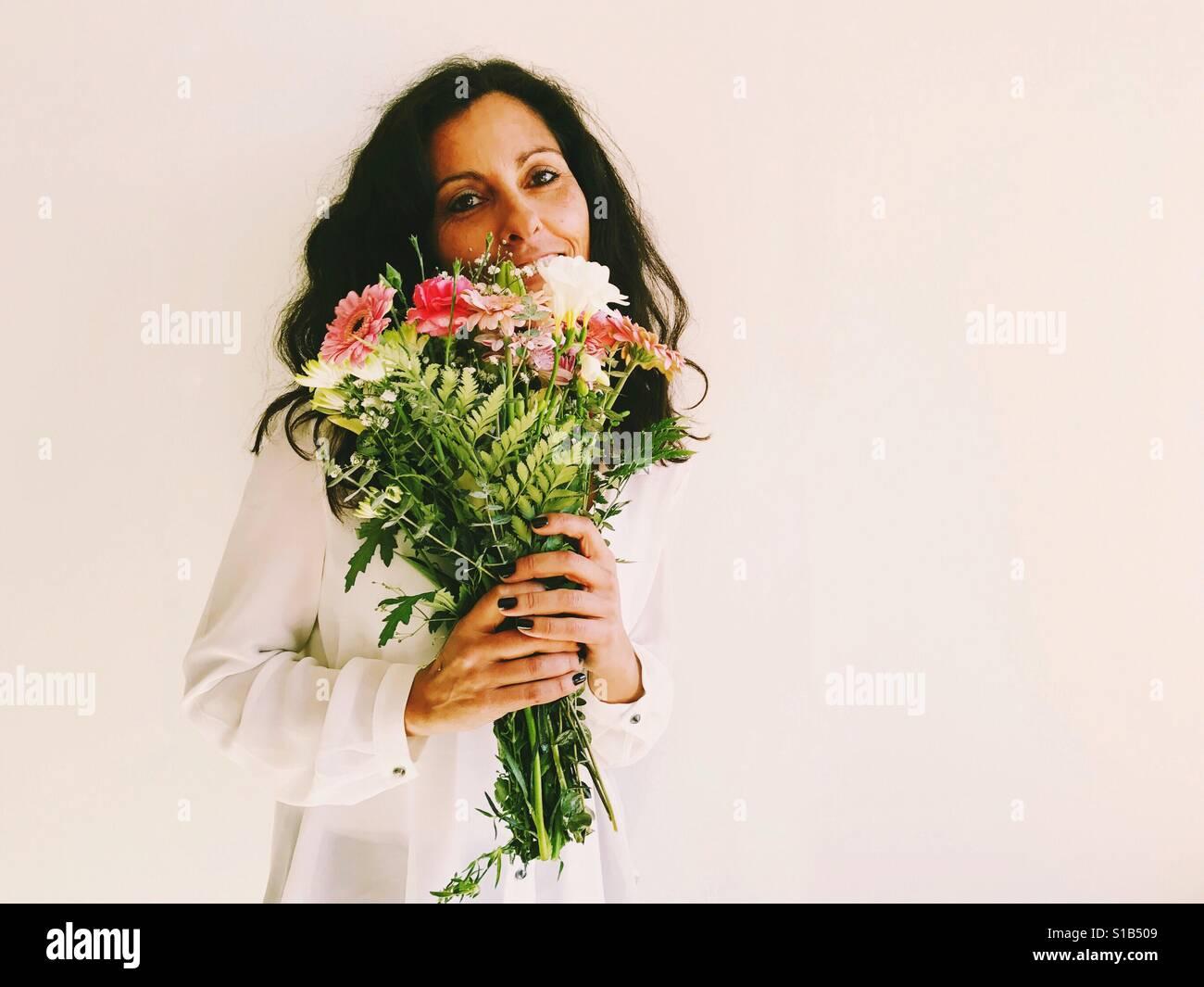 Eoman Holding Blumen. Stockfoto
