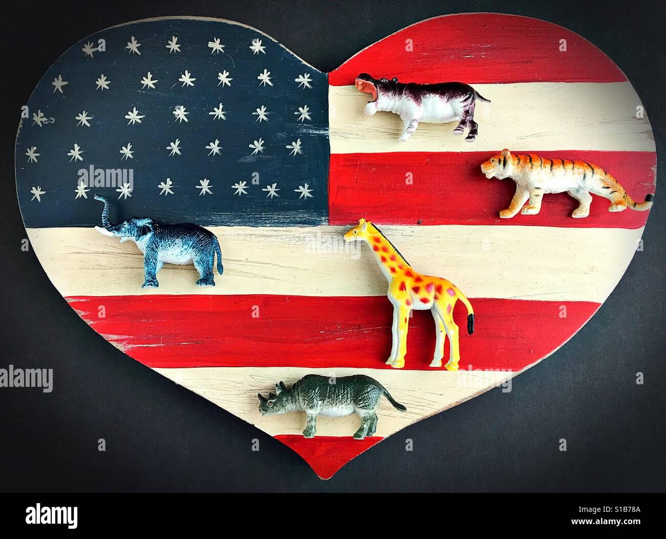Exotische Wildtiere auf ein Herz geformt amerikanische Flagge. Stockfoto