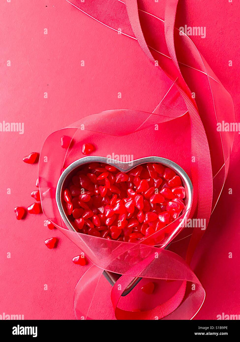 Rotes Herz Candy mit vertikalen Bändern Stockfoto