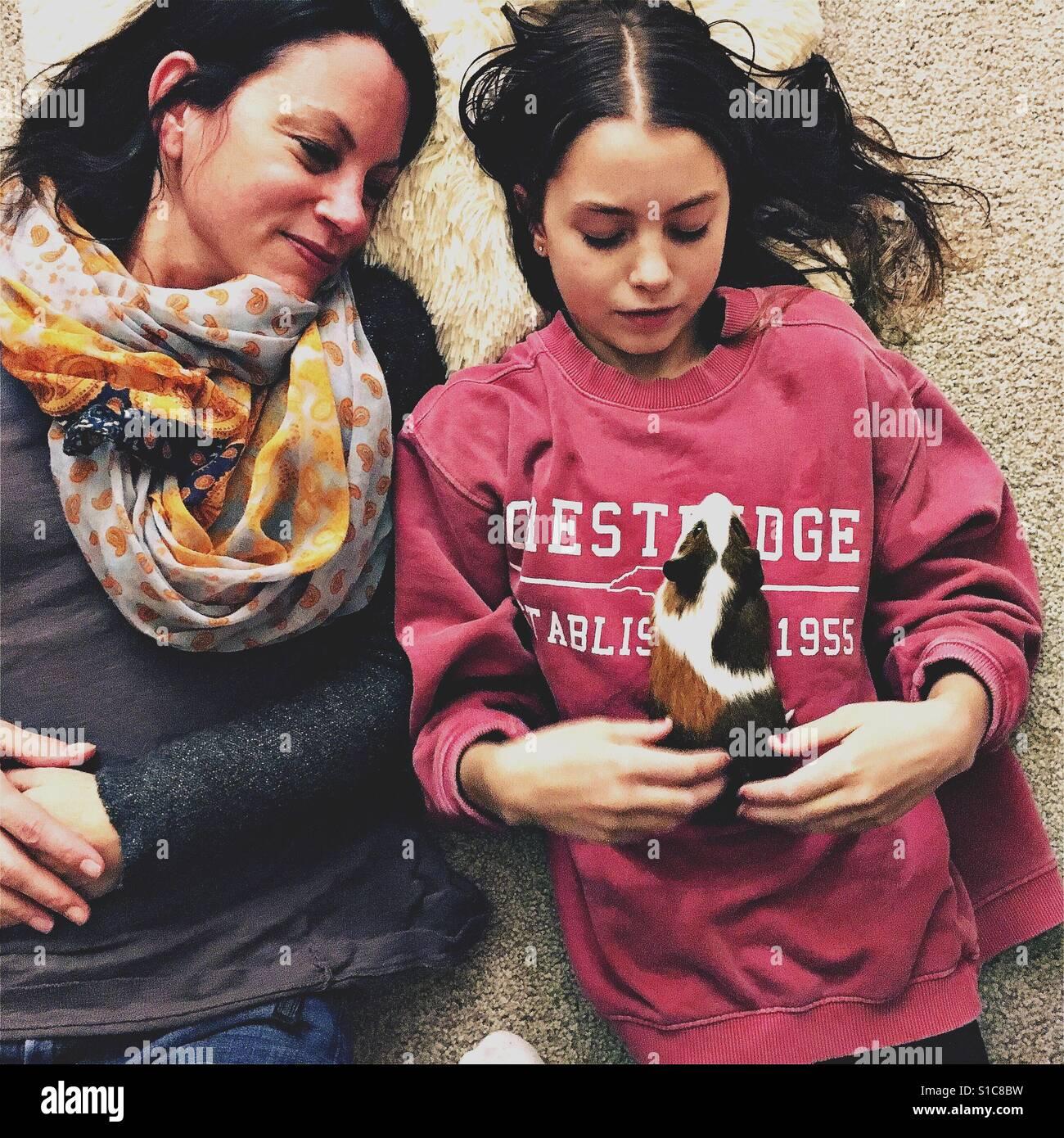 Mutter und Tochter mit Meerschweinchen Stockfoto