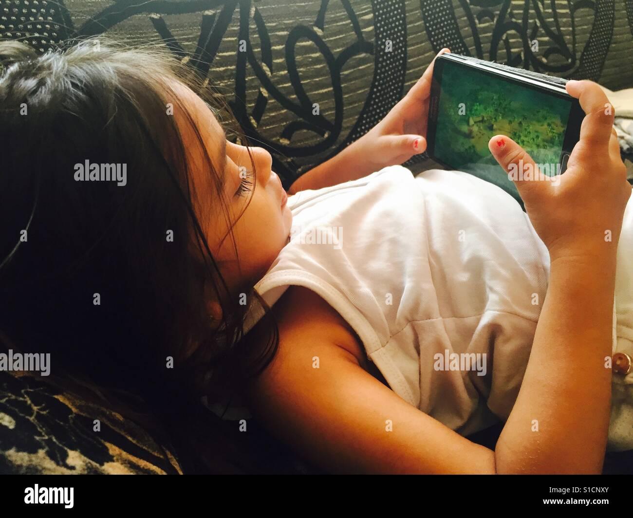 Gadgets sind der beste Freund der Kinder. Der Tag, den ich mein Baby merkte war süchtig nach dem Ipad. Stockfoto