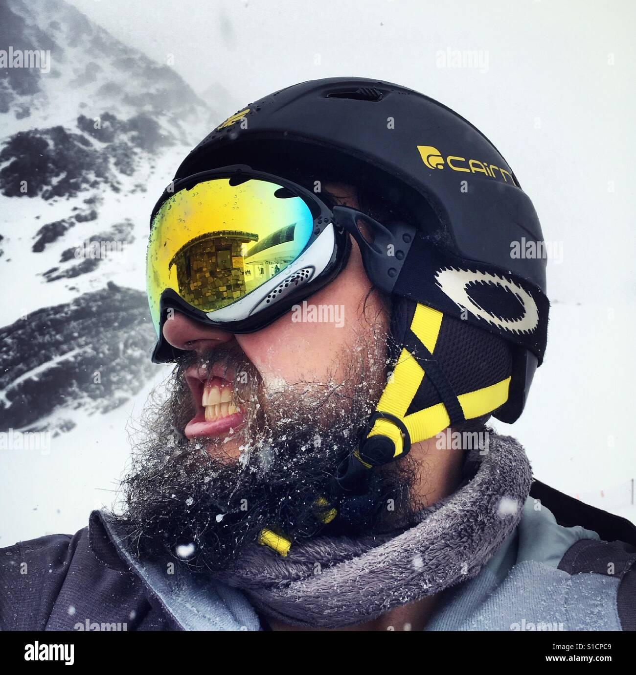 Bärtige Snowboarder bei extremem Wetter Stockfoto