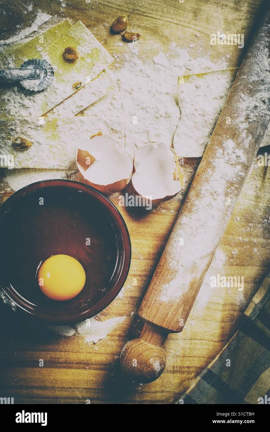 Pastaherstellung mit Zutaten und Küchenhelfer Stockfoto