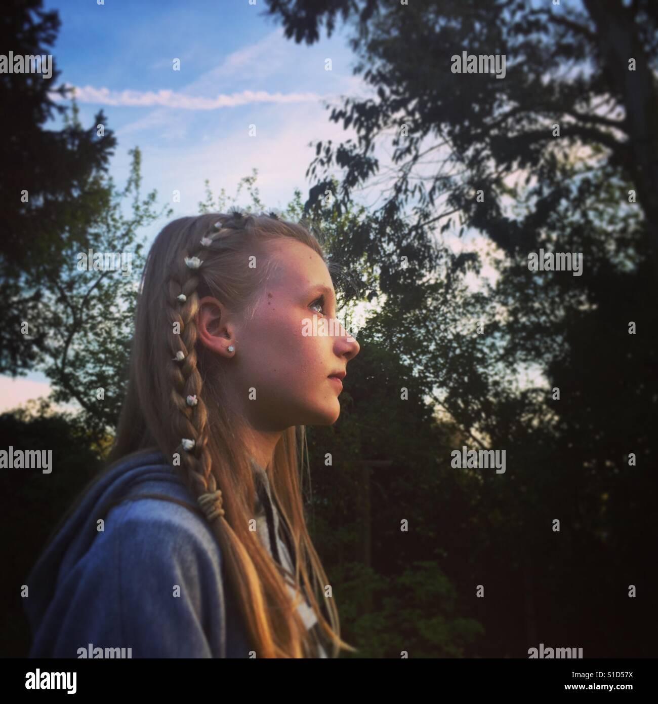 Porträt eines Mädchens mit Gänseblümchen im Haar. Stockfoto
