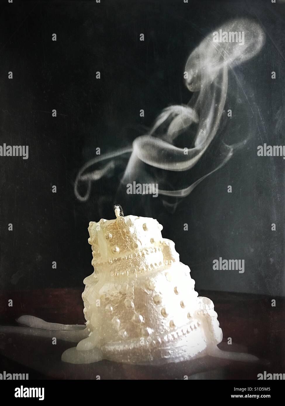 Ein erloschener Hochzeitstorte Kerze. Stockfoto