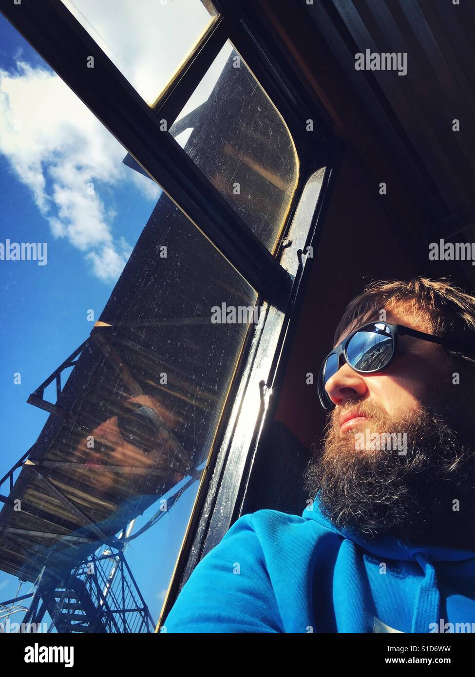 Hipster Kerl auf Zugfahrt Stockfoto