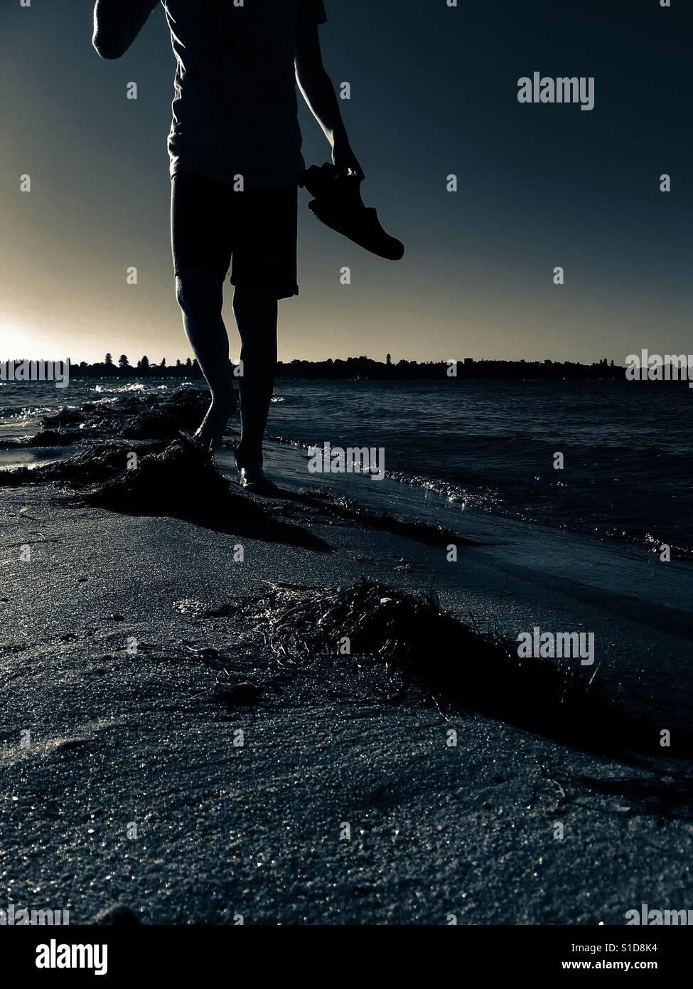 Walker auf Sandbank bei Sonnenuntergang / Sonnenaufgang Stockfoto