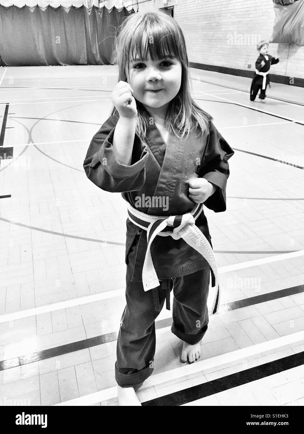 Mädchen tun Karate Stockbild