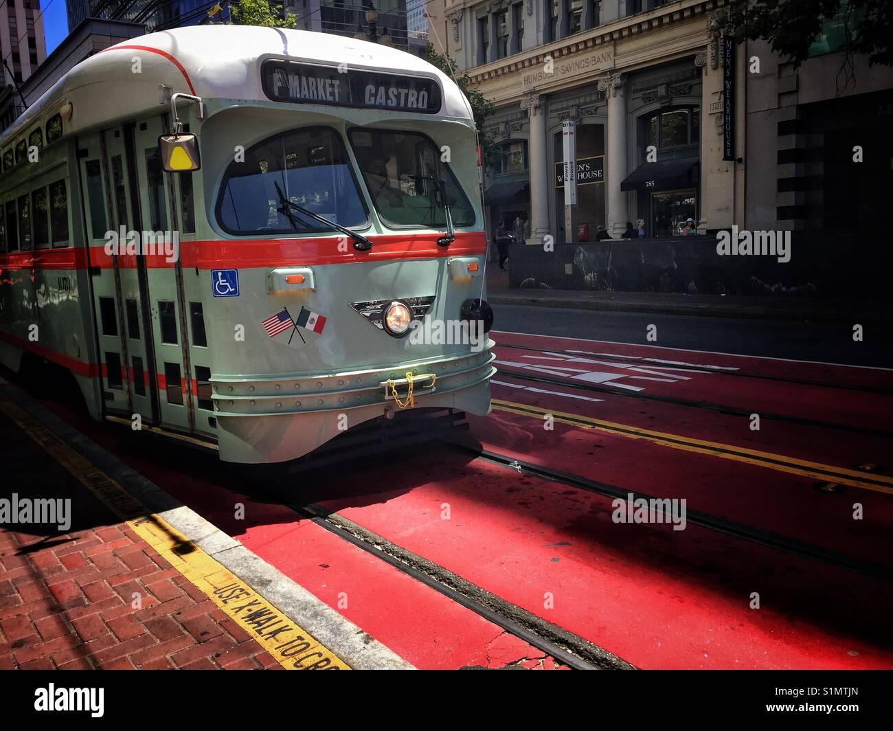 Iconic Straßenbild der klassischen F-Markt zu Castro Straßenbahn in San Francisco, Kalifornien, USA Stockbild
