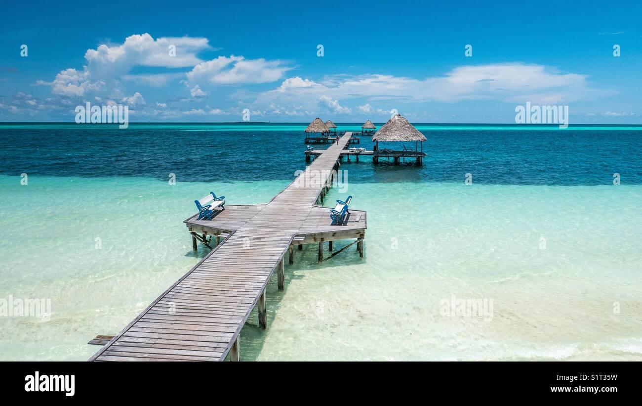 Schönen hölzernen Pier und Bungalows über dem karibischen Meer gebaut, von Cayo Gulliermo, Kuba. Stockbild