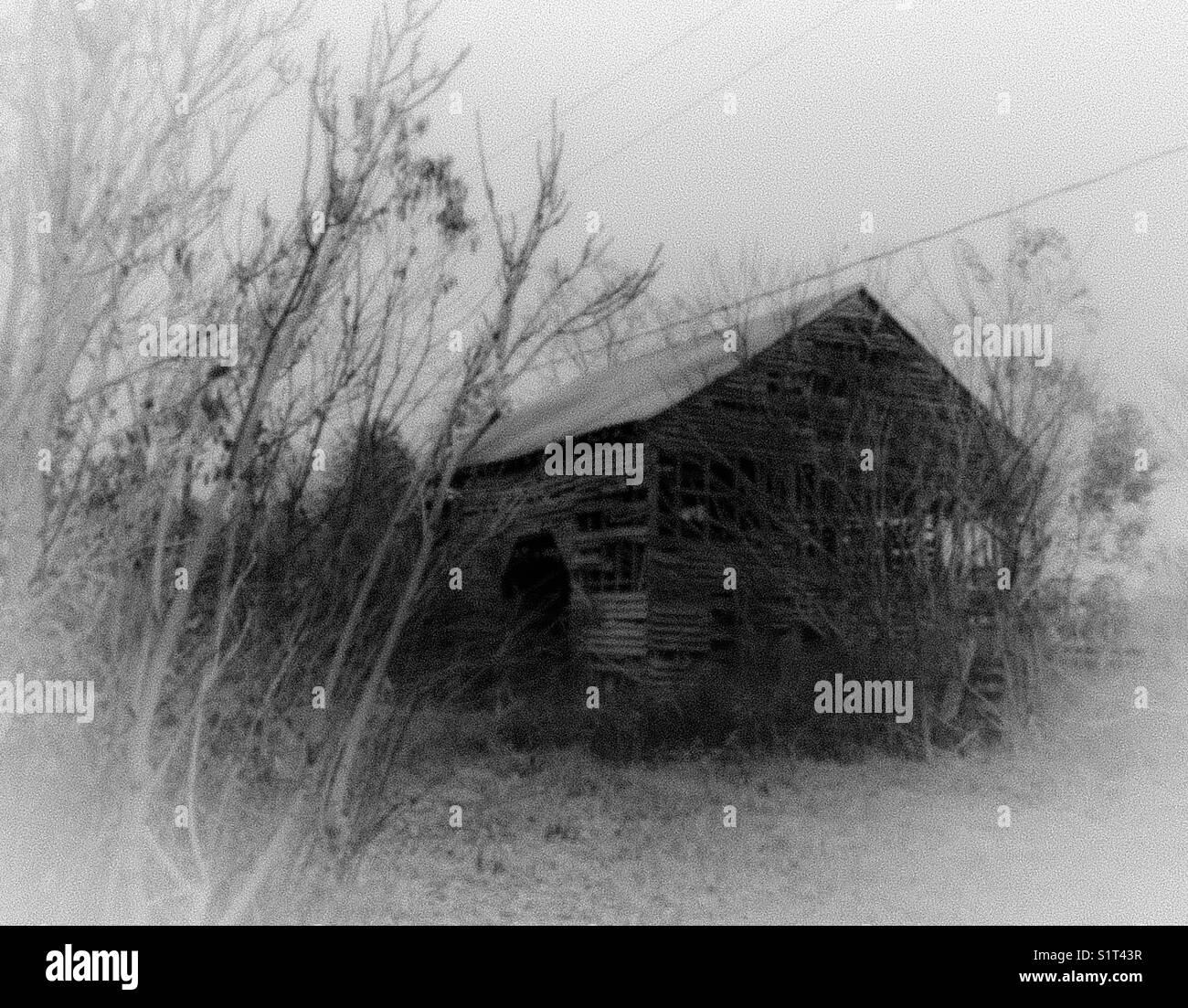 Nostalgische alte Scheune in misty Schwarz-Weiß-Filter Stockbild