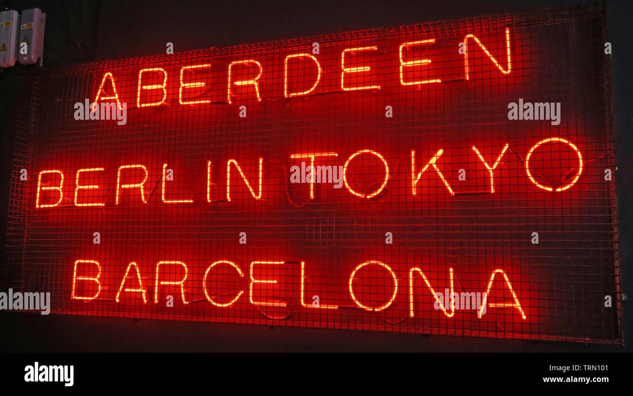 Dieses Stockfoto: Aberdeen Berlin Tokyo Barcelona rot Neon Sign an Brewdog Granary, der Union Street, Aberdeen, Schottland, UK - TRN101