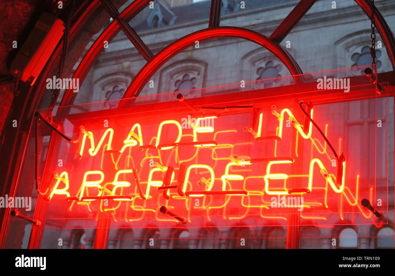 Dieses Stockfoto: In Aberdeen Rot Neon Sign in Fenster, Brewdog Granary, Bar, 5-9 Union St, Aberdeen, Schottland, UK, AB11 5BU - TRN109