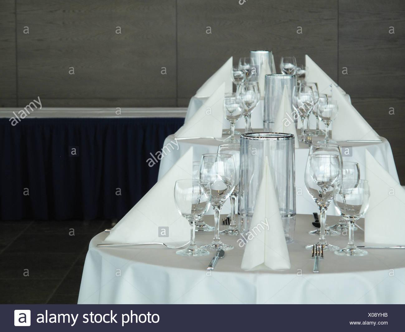 Gedecke auf Bankett-Tischen Stockbild