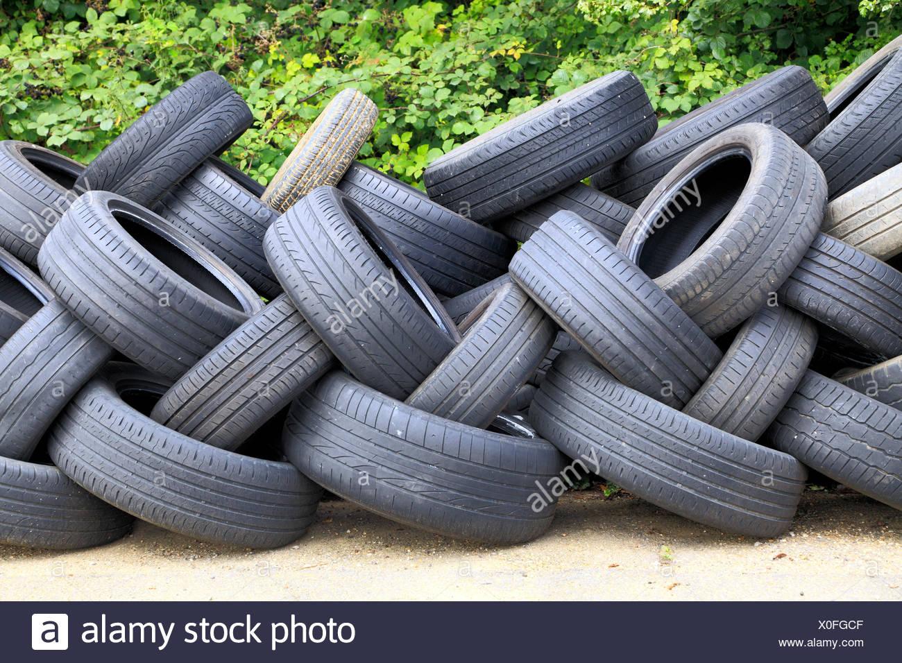 Abgenutzt, alt, Pkw Reifen, die für Recycling, England, Großbritannien Stockbild