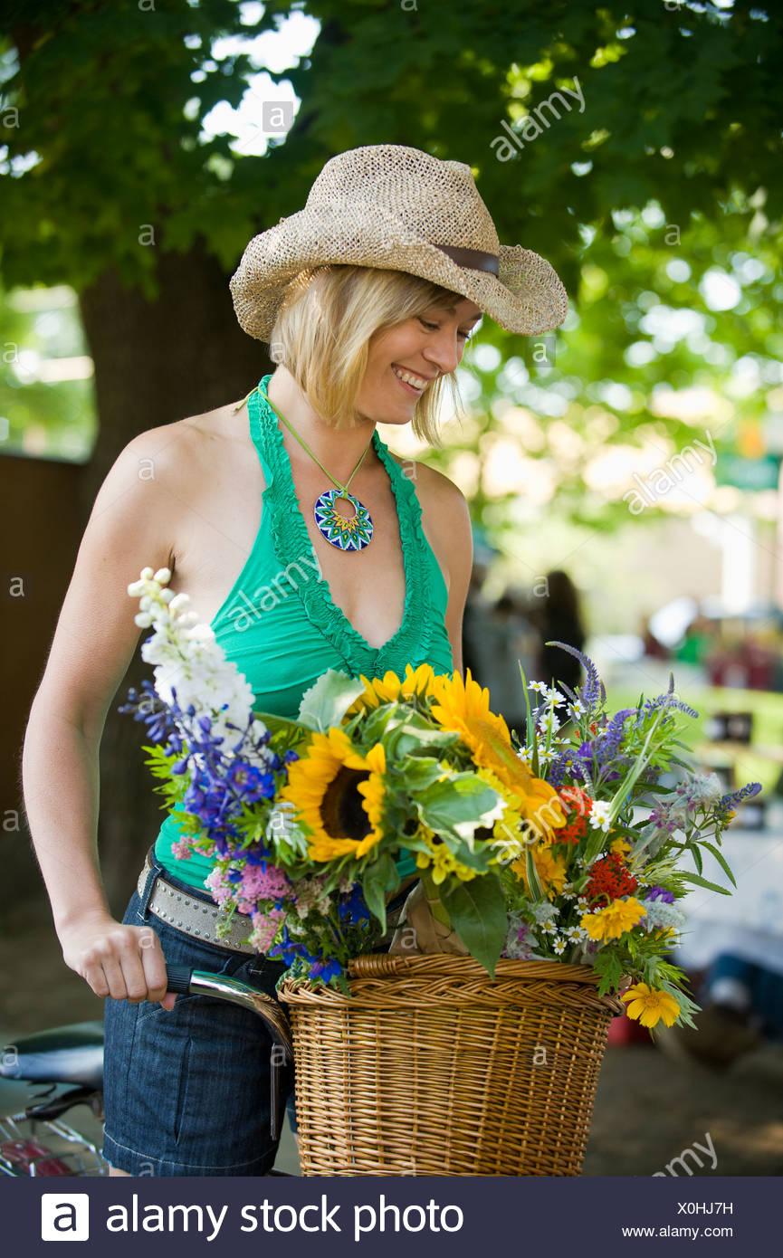 Eine Frau auf einem Bike-Shops auf einem freien Markt. Stockbild