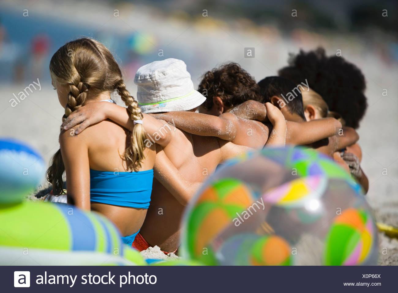 Kinder 4-9 in der Schlange am Strand hinten sitzen anzeigen differenzielle Fokus Stockbild