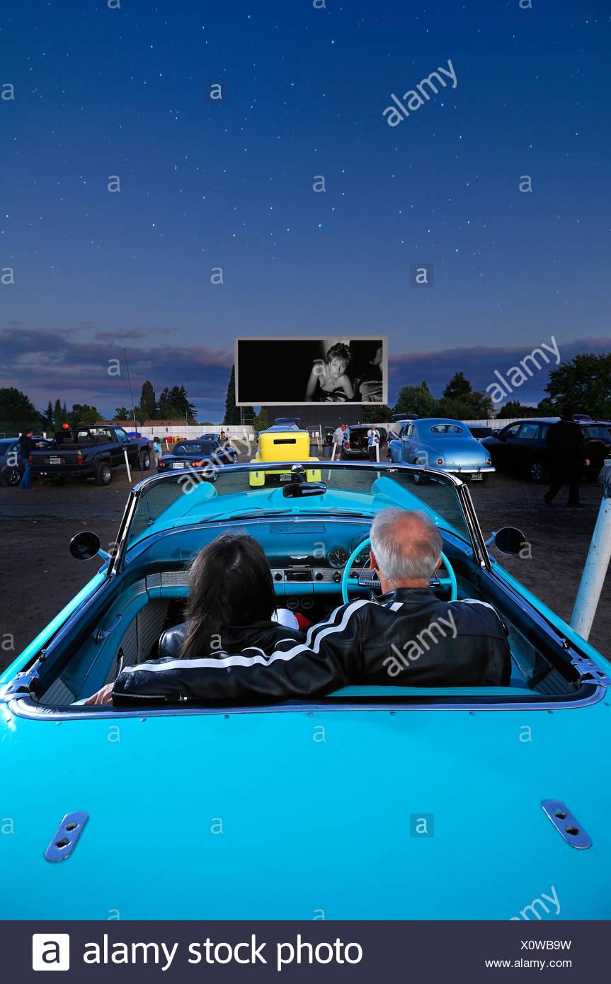Mann Frau paar Oldtimer 1955 T-Bird Motor Vu fahren In Dallas Oregon USA Kino Nacht Sterne Parken Stockbild
