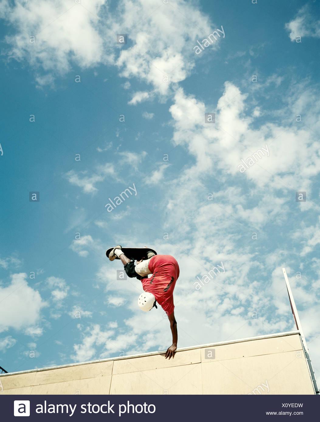 Junger Mann, skateboarding, niedrigen Winkel Ansicht Stockbild
