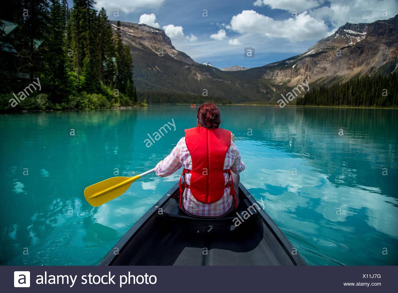 Frau in Emerald Lake, Yoho Nationalpark, Britisch-Kolumbien Kanada Kanu Stockbild