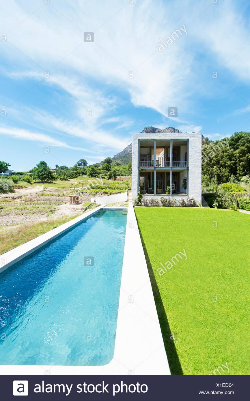 Modernes Schwimmbad unter blauem Himmel Stockbild