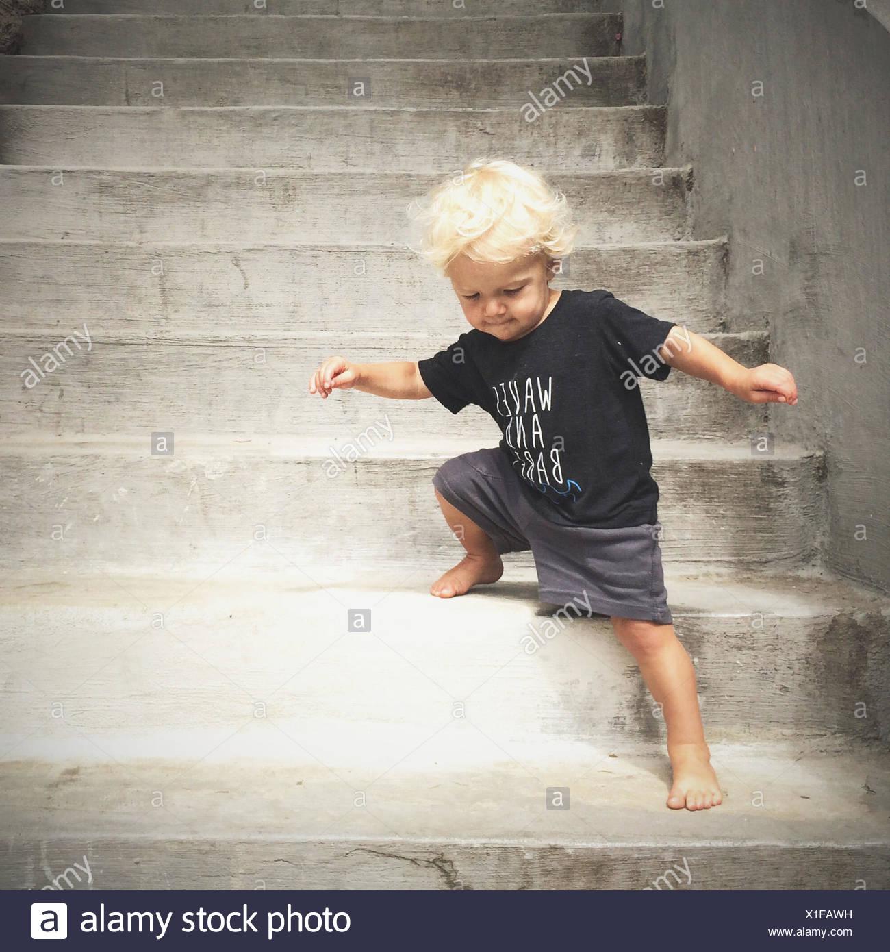 Junge, die Treppe hinunter gehen Stockbild