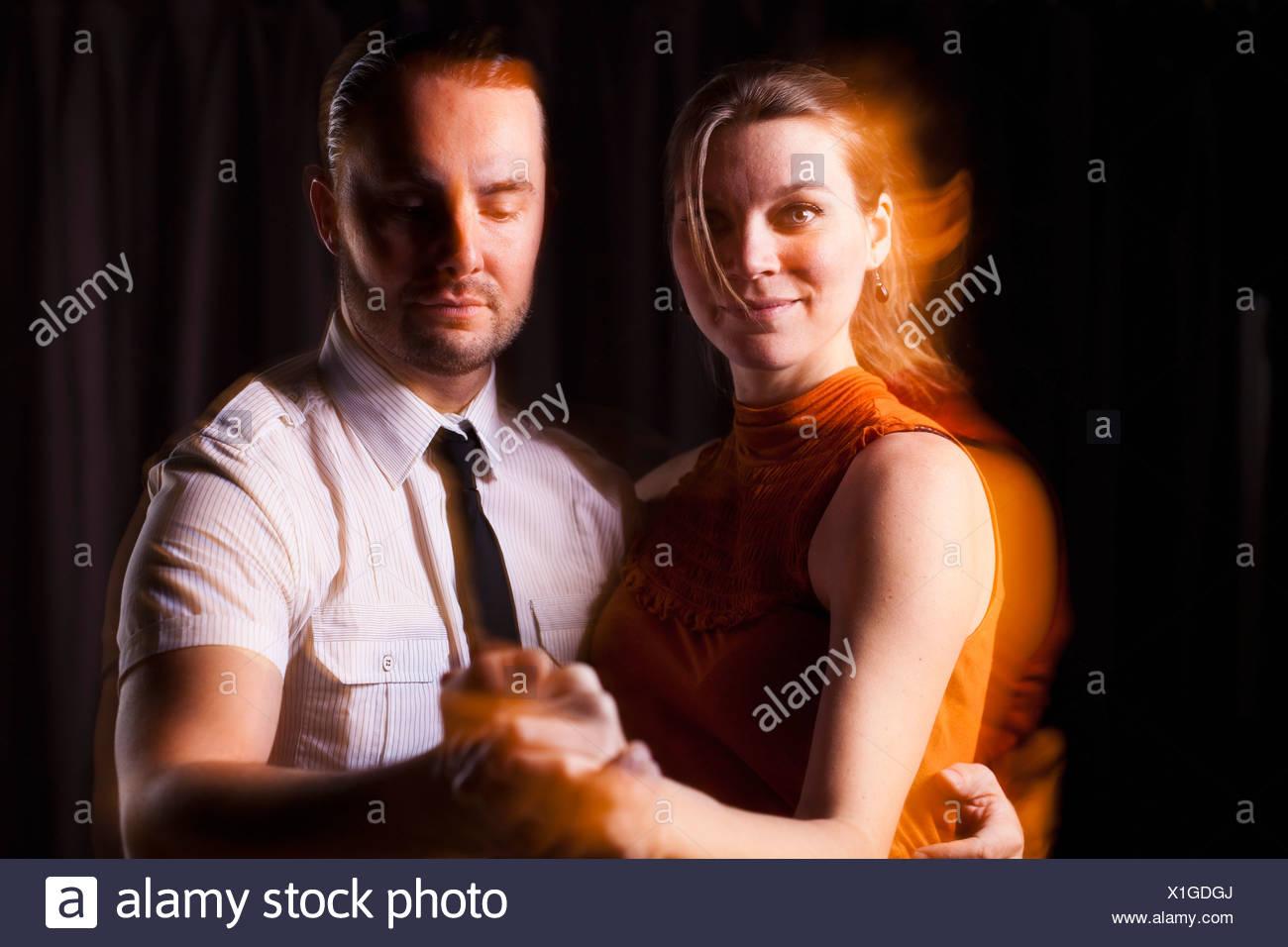 Tanzpaar auf schwarzem Hintergrund Stockbild