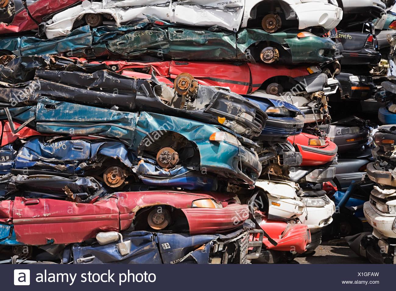 Stapel von zerquetschten Autos Stockbild